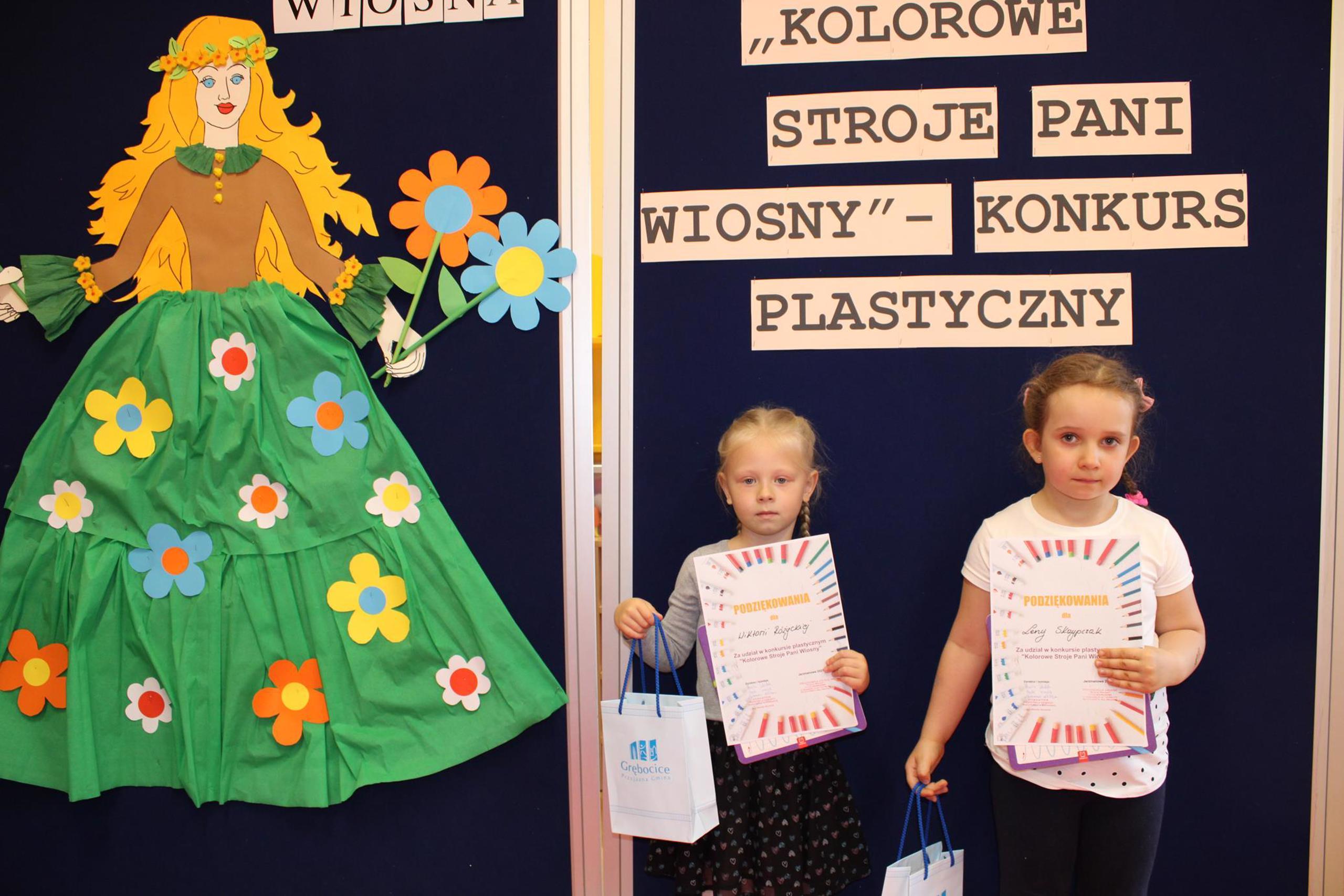 Dziewczynki z nagrodą za udział w konkursie plastycznym