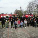 Przedszkolaki z grupy krasnoludków wraz ze strażakami
