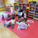 Słuchanie bajki czytanej przez nauczycielkę