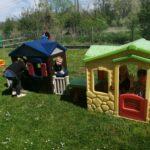 Zabawy w domkach na placu zabaw