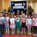 Biedronki z przedszkola w Grębocicach odbierjąa nagrodę za zajęcie drugiego miejsca w Pierwszym Konkursie Piosenki i Tańca Przedszkolaczku - po prostu tańcz i śpiewa