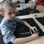 Chłopiec podczas zabaw gliną