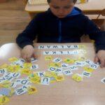 Chłopiec układa wyrazy z rozsypanki literowej. 1024