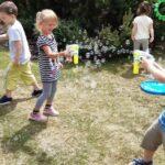 Dzieci bawią się bańkami