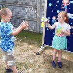 Dzieci bawia się bańkami