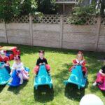 Dzieci bawią się konikami