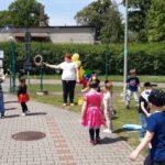 Dzieci bawią się na placu zabaw