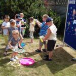 Dzieci bawią się w ogrodzie bańkami