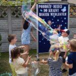 Dzieci bawią się w ogrodzie przedszkolnym