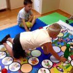 Dzieci grają na macie