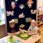 Dzieci grają w grę Skaczące małpki