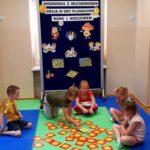 Dzieci grają w memory
