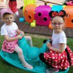 Dzieci huśtają się na konikach