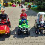 Dzieci jeżdżą samochodami