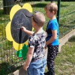 Dzieci maluja kredą
