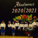 Dzieci na scenie podczas występu artystycznego