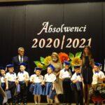 Dzieci na scenie z dyplomem i upominkiem