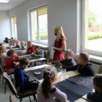 Dzieci podczas warsztatów ceramicznych