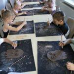 Dzieci podczas wykonywania sowy z gliny