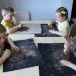 Dzieci podczas wykonywania sowy z gliny.