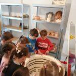 Dzieci przy piecu do wypalania gliny