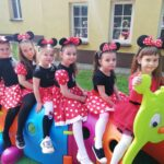 Dzieci siedzą na gąsienicyy