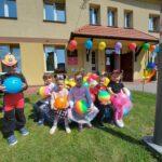 Dzieci siedzą z piłkami
