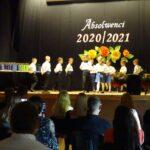 Dzieci tańczą poloneza