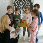 Dzieci wreczaja podziekowanie prowadzącej zajęcia