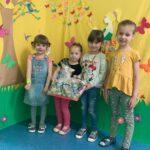 Dzieci z Przedszkola Publicznego Nr 1 w Głogowie odbierają nagrodę za wyróznienie w Pierszym Konkursie Piosenki i Tańca Przedszkolaczku - po prostu tańcz i śpiewaj