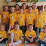 Dzieci z Przedszkola Publicznego Nr 19 Bajka w Głogowie odbierają nagrodę za zajęcie III miejsca w Pierszym Konkursie Piosenki i Tańca Przedszkolaczku - po prostu tańcz i śpiewaj