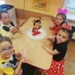 Dzieci z grupy Biedronki jedzą lody
