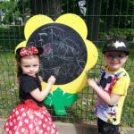 Dzieci z grupy Biedronki malują kredą