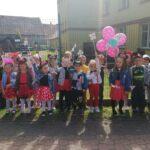 Dzieci z grupy Biedronki pokazują wiatraki