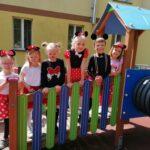 Dzieci z grupy Motylki bawią sie na placu zabaw