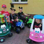 Dzieci z grupy Motylki jezdżą autami (