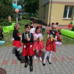 Dzieci z grupy Motylki puszczają bańki