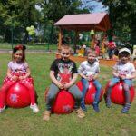 Dzieci z grupy Motylki skaczą na piłkach