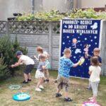 Dzieci z grupy Mrówki bawią się bańkami