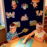 Dzieci z grupy Mrówki grają w grę planszowa