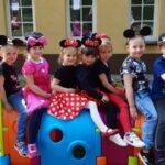 Dzieci z grupy Mrówki siedzą na gąsienic