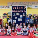 Dzieci z grupy Pszcółki są w sali (