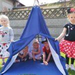 Dzieci z grupy Pszcółki siedzą w wigwamie