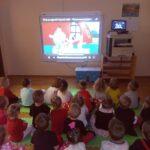 Dzieci z grupy Żauczki oglądają bajkę