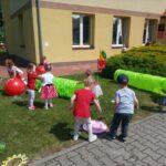 Dzieci z grupy Żuczki bawią się na placu zabaw
