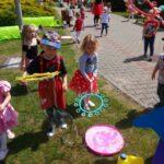 Dzieci z grupy Żuczki puszczaja bańki (