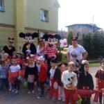 Dzieci z grupy Żuczki z Myszką Miki i Minnie