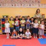 Dzieci z nagrodami za wykonanie zadania