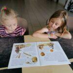 Dzieci z oddziału Motylków podczas warsztatów ceramicznych
