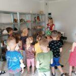 Dzieci z oddziału Motylków podczas warsztatów ceramicznych (11)